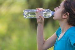 Sportieve vrouw dorstig na sporten Stock Fotografie