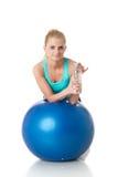 Sportieve vrouw met gymnastiek- bal Stock Foto's