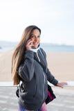 Sportieve vrouw op cellphonevraag openlucht stock fotografie