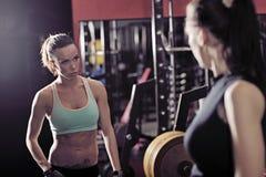 Sportieve vrouw twee die in de gymnastiek spreken Royalty-vrije Stock Foto