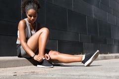 Sportieve vrouwen bindende schoenveter royalty-vrije stock fotografie