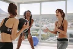 Sportieve vrouwen die met geneeskundebal uitoefenen stock fotografie