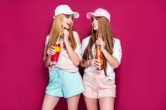 Sportieve vrouwen met dranken royalty-vrije stock foto