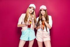 Sportieve vrouwen met dranken stock foto's