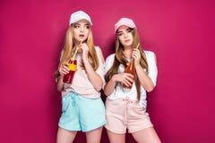 Sportieve vrouwen met dranken royalty-vrije stock fotografie