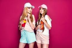 Sportieve vrouwen met dranken royalty-vrije stock afbeeldingen