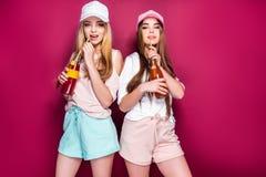 Sportieve vrouwen met dranken royalty-vrije stock afbeelding