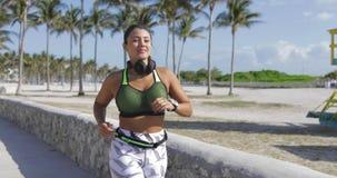 Sportieve vrouwenjogging in park stock videobeelden
