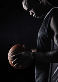Sportif africain tenant le basket-ball Images stock