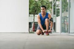 Sportif asiatique avant course de matin Images libres de droits