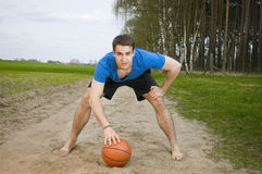 Sportif avec la boule Photo stock