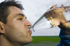 Sportif avec la bouteille d'eau Image libre de droits