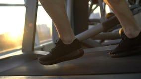 Sportif courant sur le tapis roulant, accélération, progrès, accomplissement de but de la vie banque de vidéos