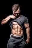 Sportif de bodybuilding montrant les muscles abdominaux parfaits d'ABS Images stock
