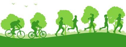 Sportif de groupe : deux cyclistes montent et des athlètes courus - Photo libre de droits