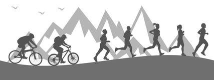 Sportif de groupe : deux cyclistes montent et des courses d'athlètes Images libres de droits