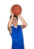 Sportif de l'adolescence jouant le basket-ball Photo stock