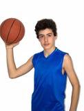 Sportif de l'adolescence jouant le basket-ball Images libres de droits