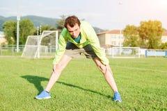 Sportif faisant des exercices dans un terrain de football Image libre de droits