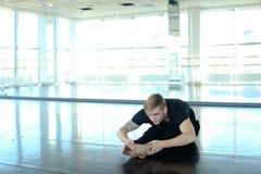 Sportif faisant l'appui renversé avec des jambes étendues photo libre de droits