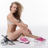 Sportif, fille, belle, se repose, des haltères, d'isolement Photographie stock libre de droits