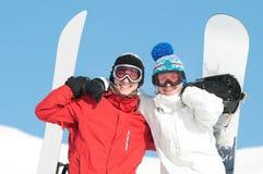 Sportif heureux avec des snowboards Photographie stock libre de droits