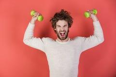Sportif, homme de cri sur le fond rouge image libre de droits