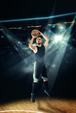 Sportif jouant le basket-ball et le shootnig tir de trois points Photographie stock