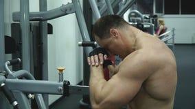 Sportif musculaire posant dans le gymnase clips vidéos