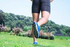 Sportif musculeux pendant la formation Image libre de droits