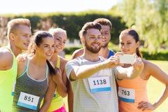 Sportifs adolescents prenant le selfie avec le smartphone Photos stock