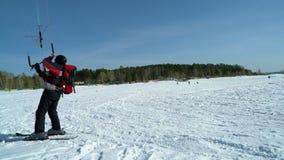 sportifs de Neige-cerf-volant montant et sautant sur le ski clips vidéos