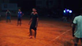 Sportifs indiens jouant le volleyball avec l'arbitre la nuit INDE, NÉPAL, AVRIL 2018 banque de vidéos