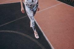 Sportig attraktiv slank kvinna fotografering för bildbyråer