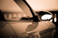 Sportig bilbackspegel med denna svartvita reflexion royaltyfri fotografi