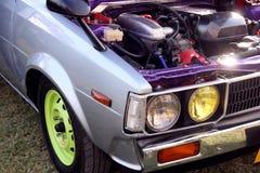 Sportig blå bilmotor Sikt för tappningbilsida Huvudljus för tävlings- bil Royaltyfria Foton