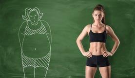 Sportig flicka med den slanka kroppen och bilden av den feta kvinnan som dras på grön svart tavlabakgrund Royaltyfri Foto