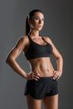 Sportig flicka med muskler arkivfoton