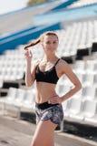 Sportig flicka på stadion arkivbild