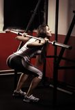 Sportig flicka som gör övning Arkivbilder