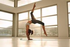 Sportig flicka som gör handstansyogaasana Royaltyfria Foton