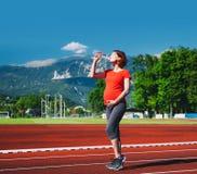 Sportig gravid kvinna på sportstadion Arkivfoton