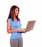Sportig hög kvinna som använder hennes bärbar datordator Arkivfoto