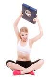 Sportig ilsken kvinna med skalan, tid för viktförlust för att banta Royaltyfria Bilder