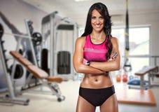 sportig kvinna för idrottshallstående Arkivfoto