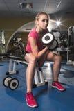 Sportig kvinna för skönhet i idrottshall Royaltyfri Bild