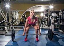 Sportig kvinna för skönhet i idrottshall Royaltyfri Foto