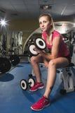 Sportig kvinna för skönhet i idrottshall Arkivbild