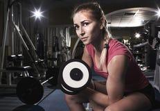 Sportig kvinna för skönhet i idrottshall Arkivfoto