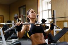 Sportig kvinna i idrottshallen. Arkivbilder